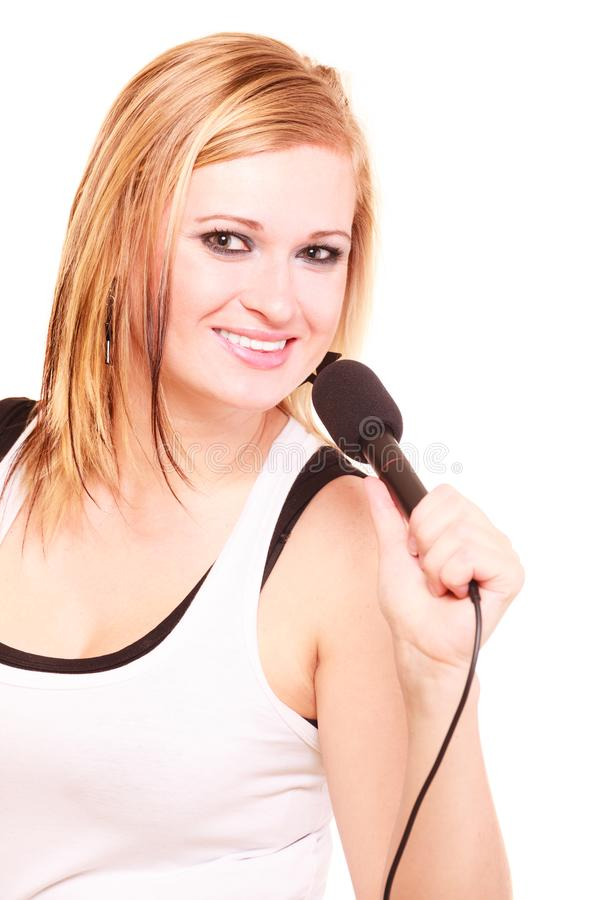 Blond kvinna som sjunger till mikrofonen arkivfoton