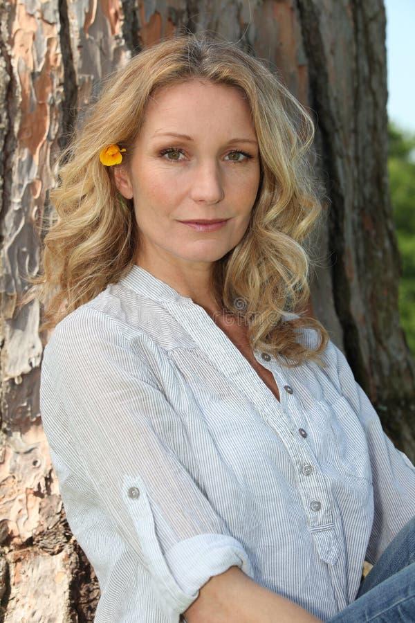 Blond Kvinna Vid En Tree Royaltyfri Foto