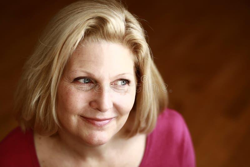 Blond kvinnaheadshot för mellersta ålder royaltyfri bild