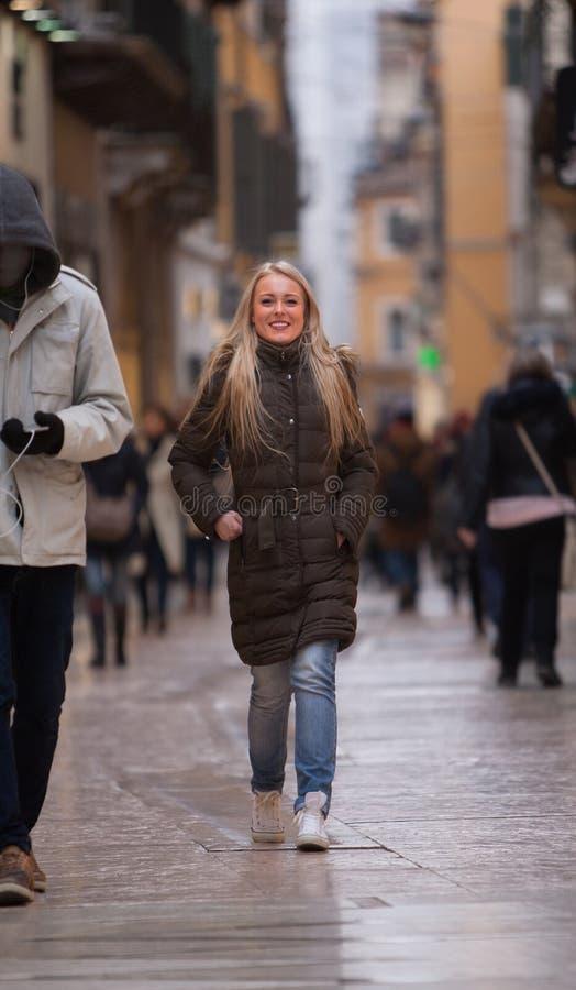 Blond kvinnashopping som turnerar i Europa arkivbilder