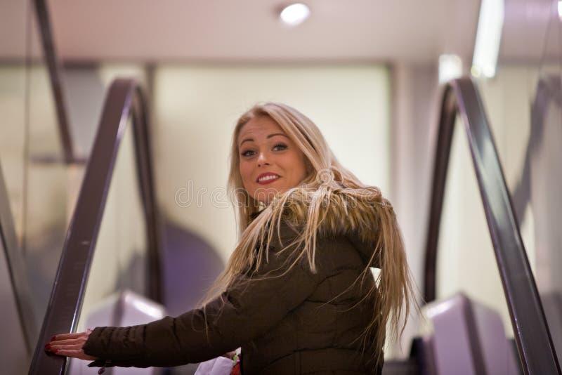 Blond kvinnashopping som turnerar i Europa royaltyfri foto