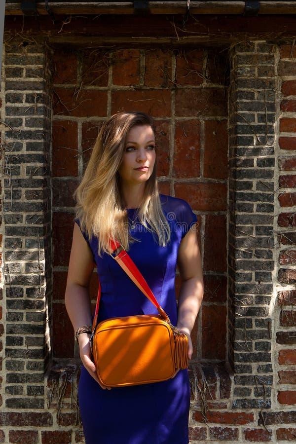 Blond kvinnasolstråle, Groot Begijnhof, Leuven, Belgien arkivfoto