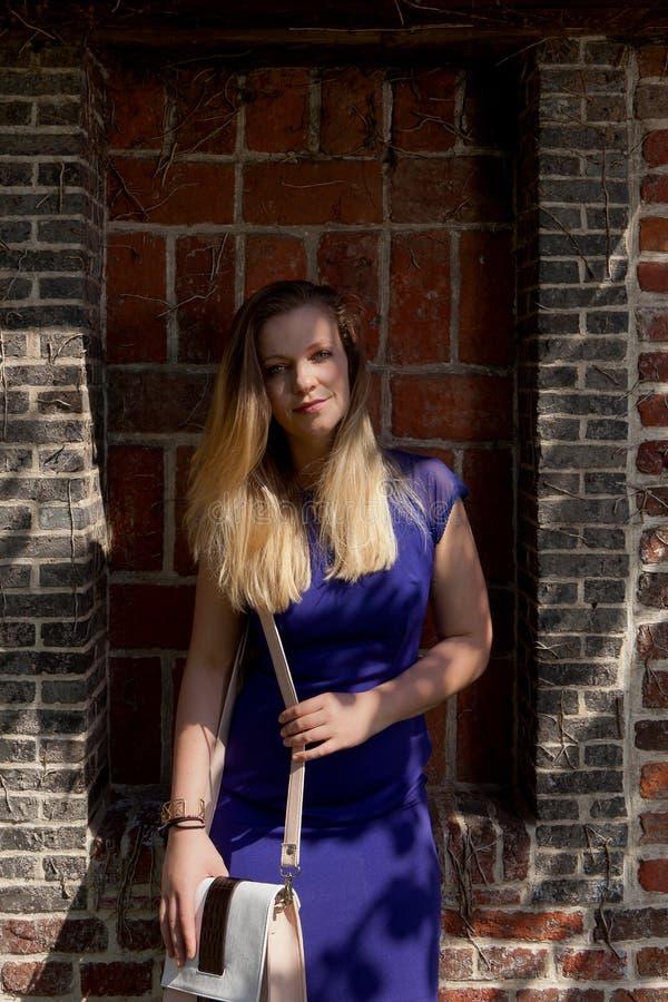 Blond kvinnasolstråle, Groot Begijnhof, Leuven, Belgien fotografering för bildbyråer