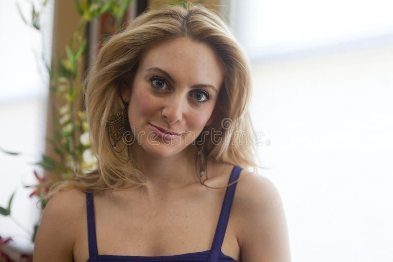 Blond kvinnastående fotografering för bildbyråer
