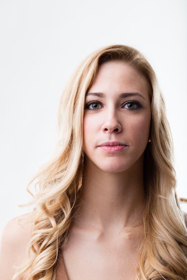 Blond kvinnastudiostående royaltyfri bild