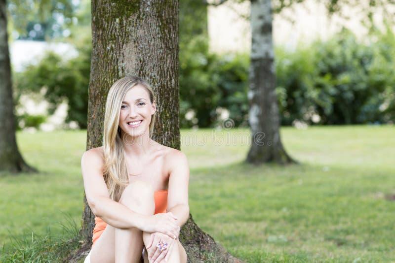 Blond kvinnlig royaltyfri fotografi