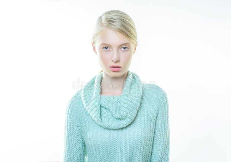 Blond kvinnlig med mjuk hud Isolerat p? vit sk?nhetfris?rsalong blond modeflicka skincare och naturligt royaltyfria foton