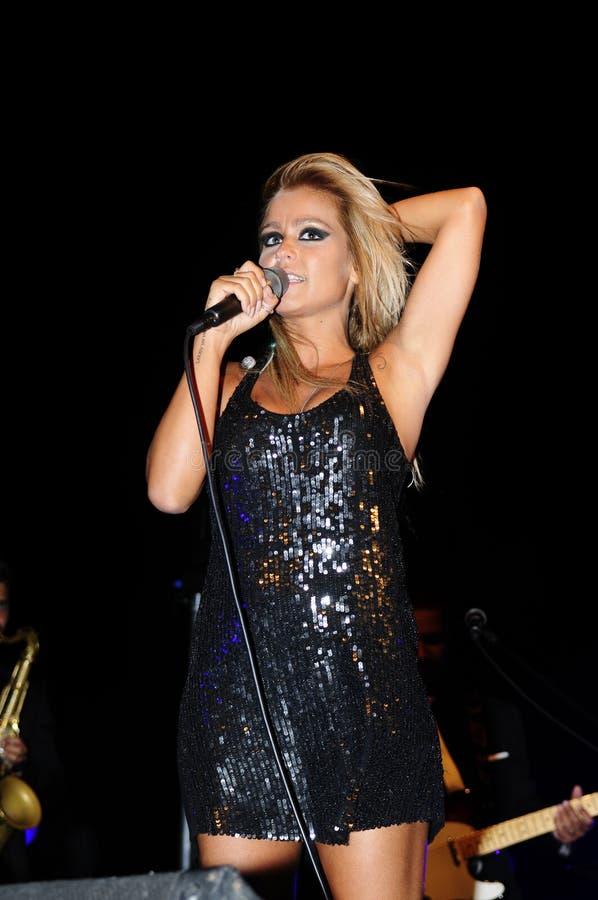 Blond kvinnlig sångare fotografering för bildbyråer