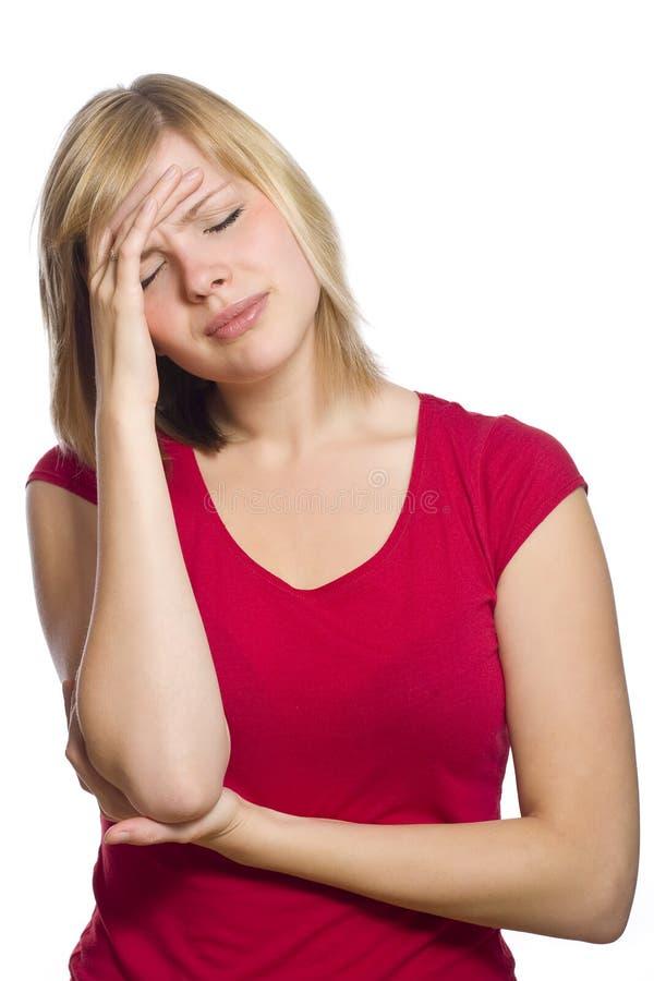 blond kvinnlig som har huvudvärk arkivfoto