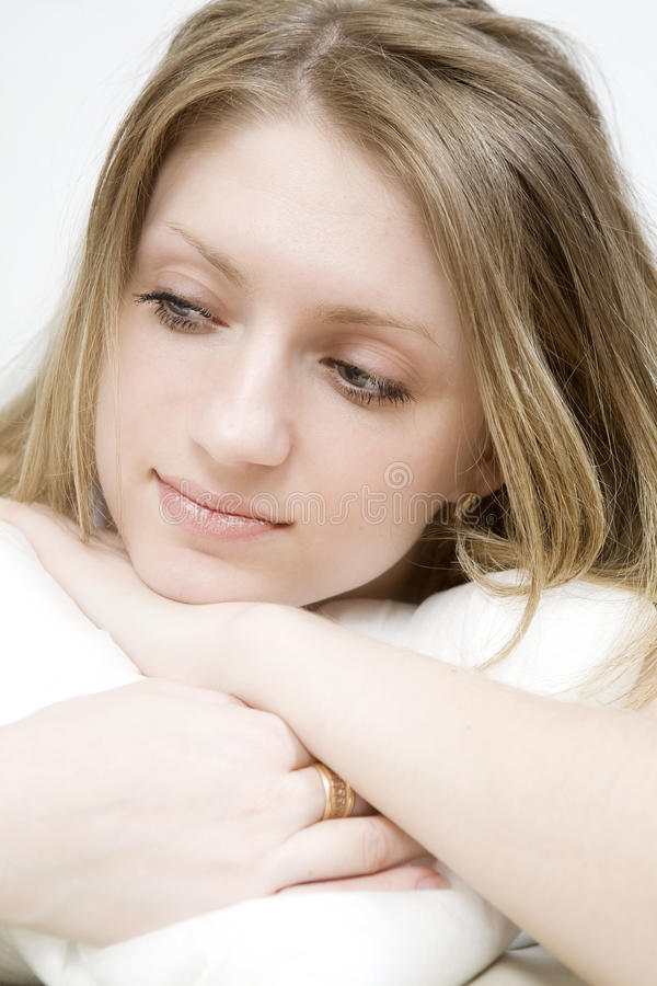 blond lady för sovrum som lägger att koppla av som är sexigt arkivbild