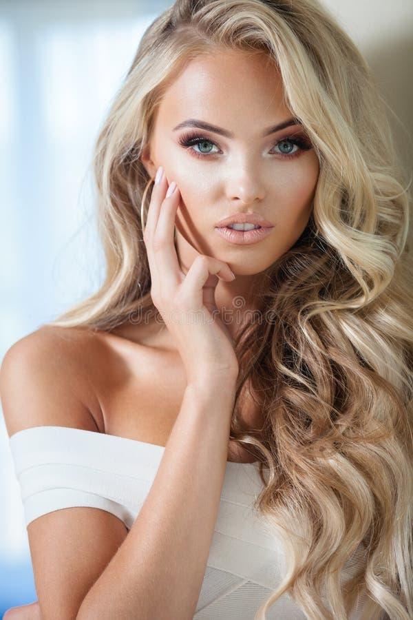 blond le kvinna arkivfoton