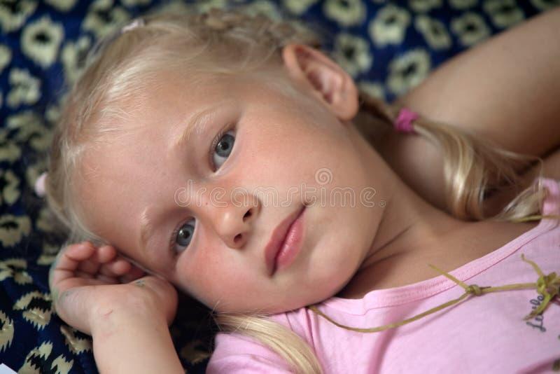 Blond liten flicka arkivbild