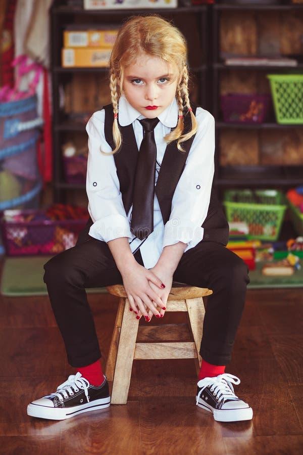 Blond liten flicka som förbereds för skola royaltyfria foton