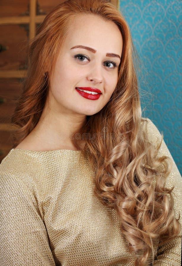 blond lockig hårkvinna royaltyfri fotografi