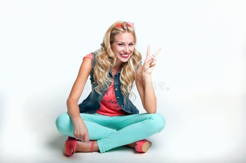 blond lycklig kvinna arkivfoto