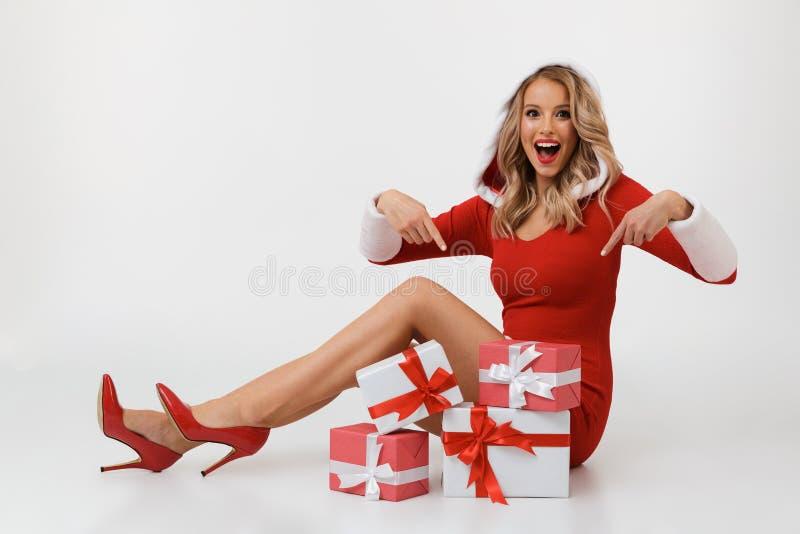 blond lycklig ståendekvinna fotografering för bildbyråer