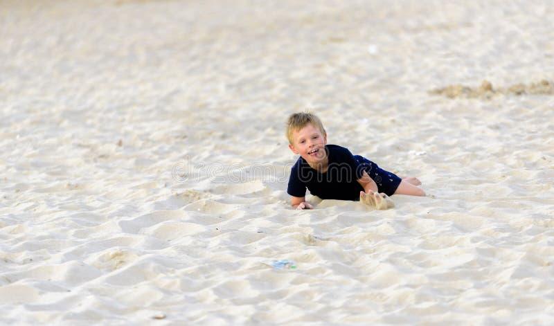 Blond młoda chłopiec cieszy się plażę obrazy royalty free
