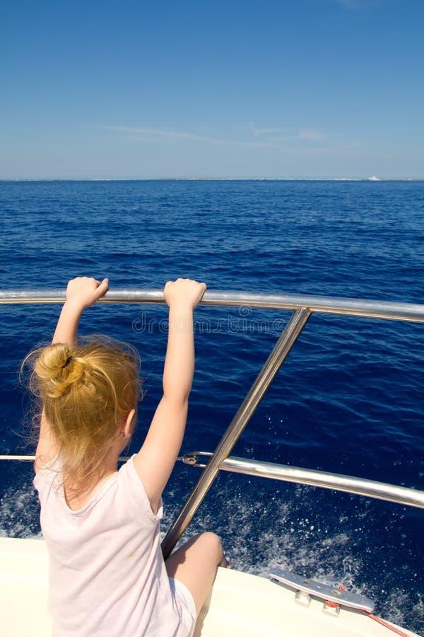 Blond małej dziewczynki tylni widok żeglowanie w łodzi zdjęcia royalty free