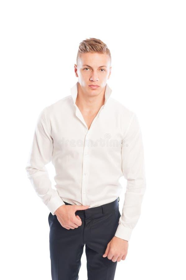 Blond mannelijk model die wit overhemd en achterbroek dragen stock afbeelding