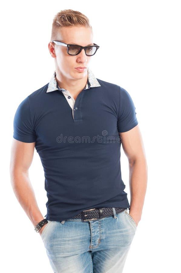 Blond mannelijk model met getijdent-shirt stock afbeelding