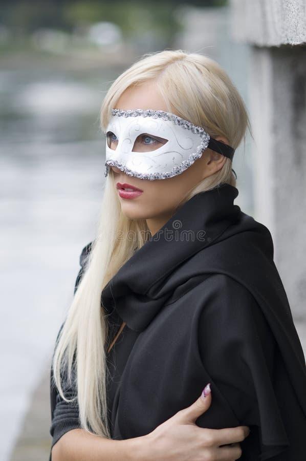 blond maskering arkivfoto