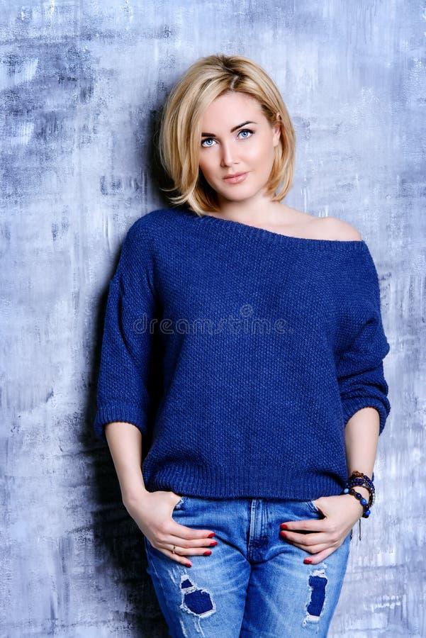 Blond medelålders kvinna royaltyfri fotografi