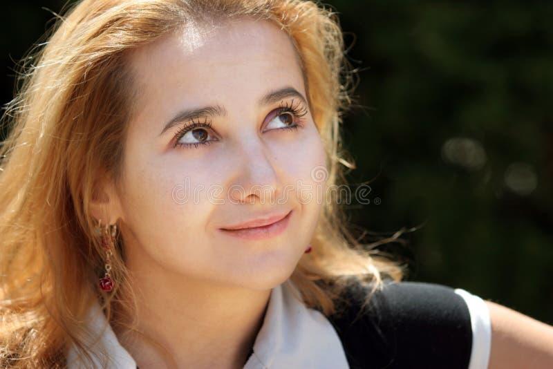 Blond Meisje Dat Omhoog Kijkt Stock Fotografie