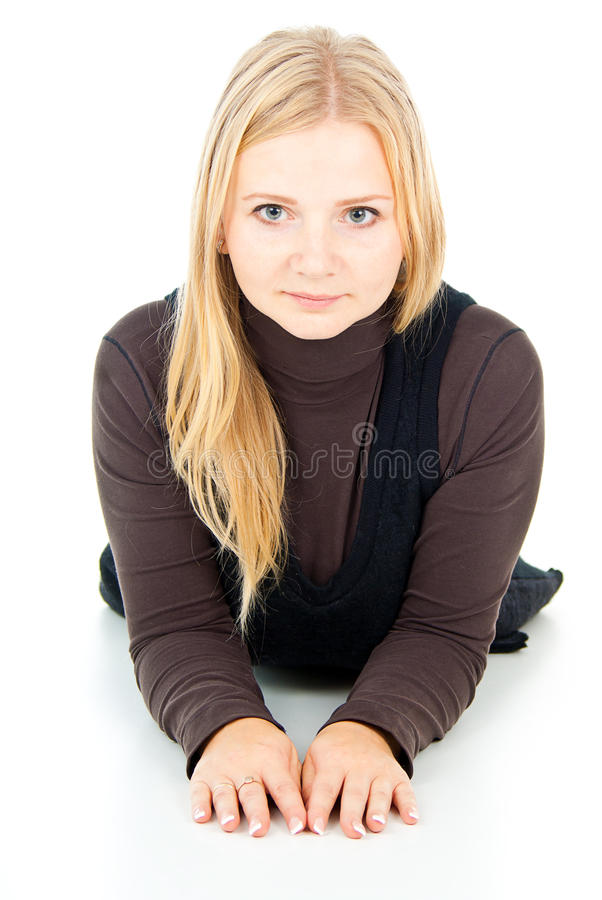Blond meisje dat op een witte achtergrond ligt royalty-vrije stock foto's