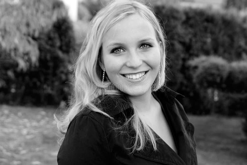 Blond meisje in een de herfsttuin stock foto