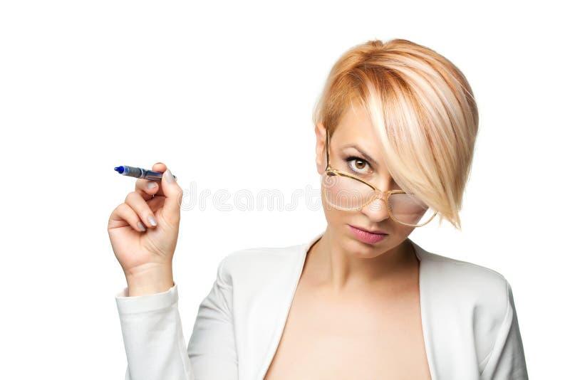 Blond meisje met een pen stock afbeeldingen