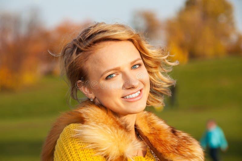 Blond meisje met grote aardige glimlach royalty-vrije stock afbeelding
