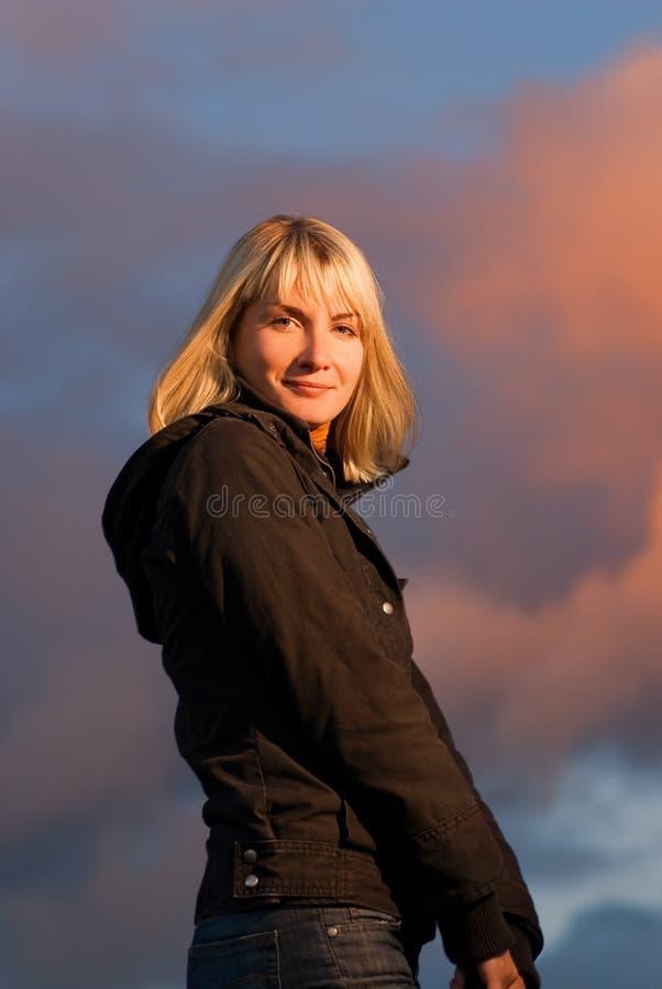 Blond meisje op dramatische hemel royalty-vrije stock afbeeldingen