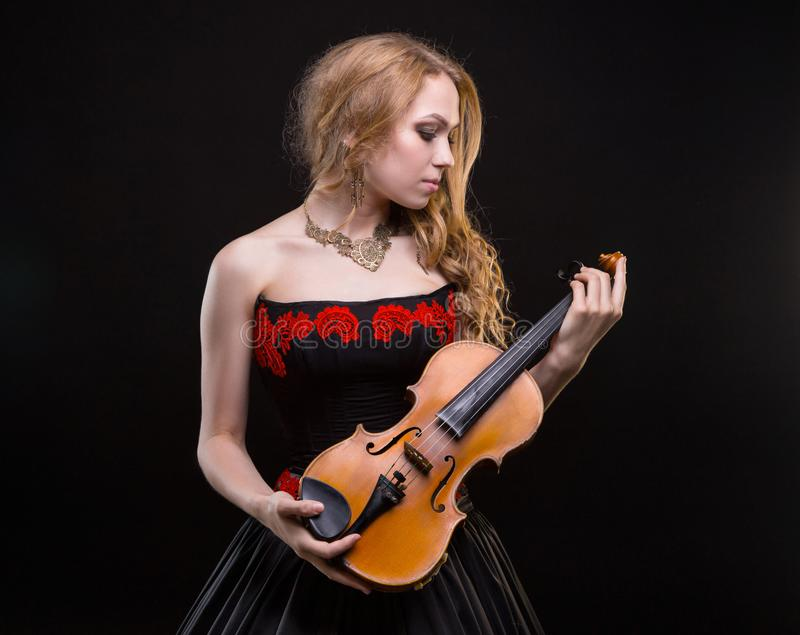 Blond meisje in overlegkleding met de viool royalty-vrije stock foto's