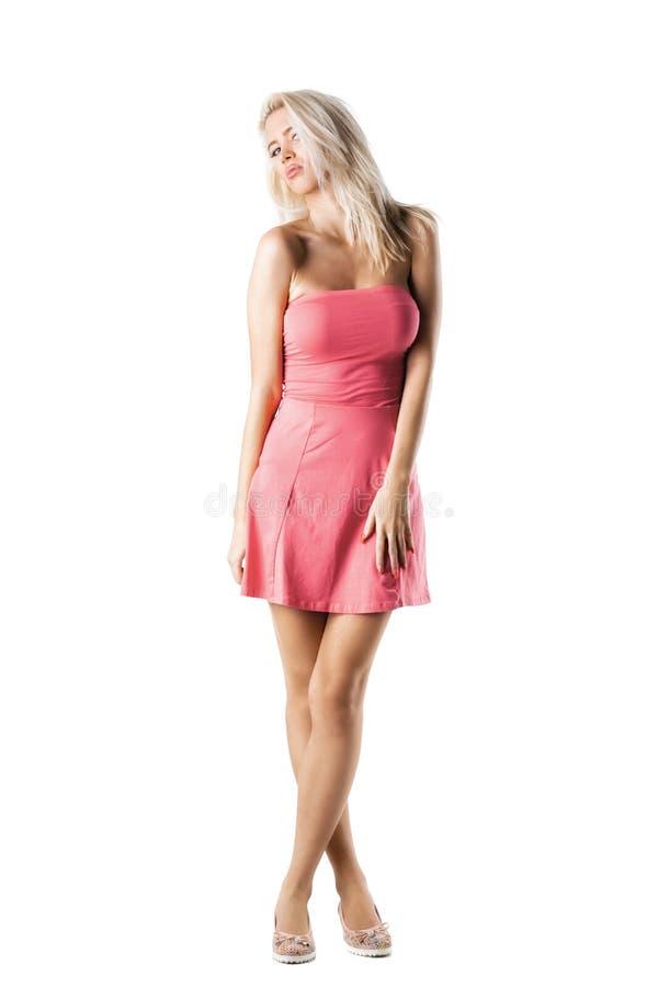 Blond meisje in roze kleding royalty-vrije stock foto