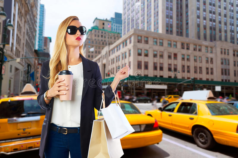 Blond meisje shopaholic in Manhattan New York stock foto's