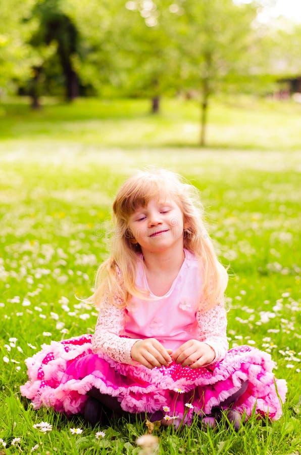 Download Blond meisje in weide stock foto. Afbeelding bestaande uit aanbiddelijk - 54085118