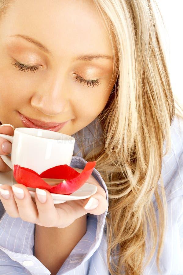 Blond met kop van koffie en chocolade stock afbeeldingen