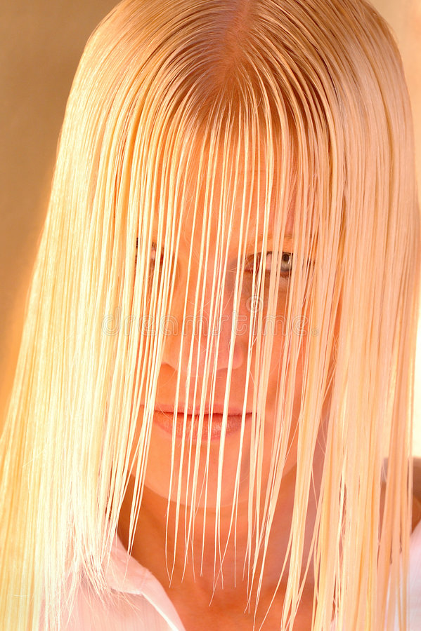 Blond met nat haar royalty-vrije stock afbeelding