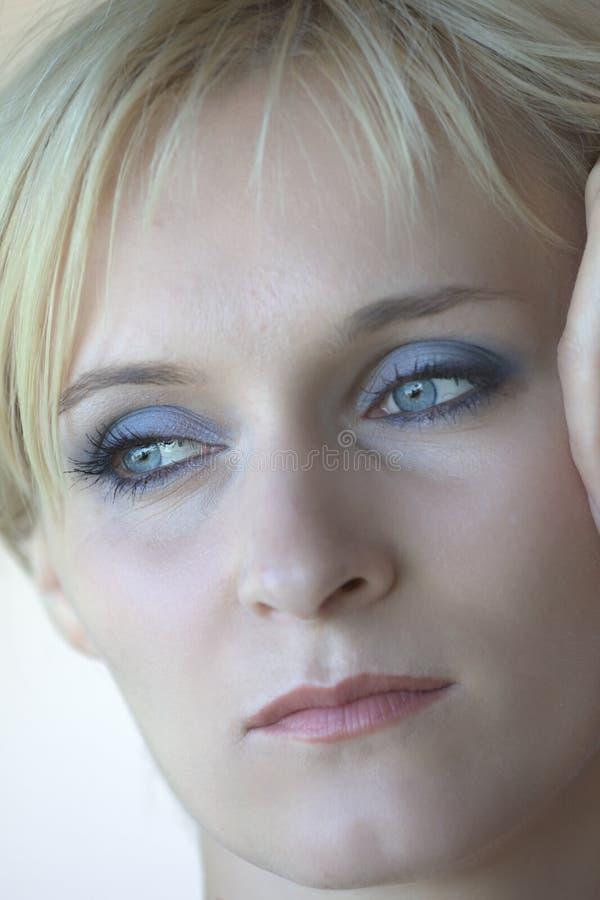 Download Blond mit blauen Augen stockfoto. Bild von träumen, aufwerfung - 12202370