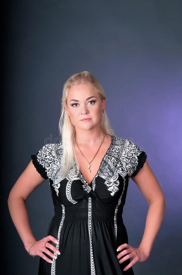 Blond modeflickastående arkivbild