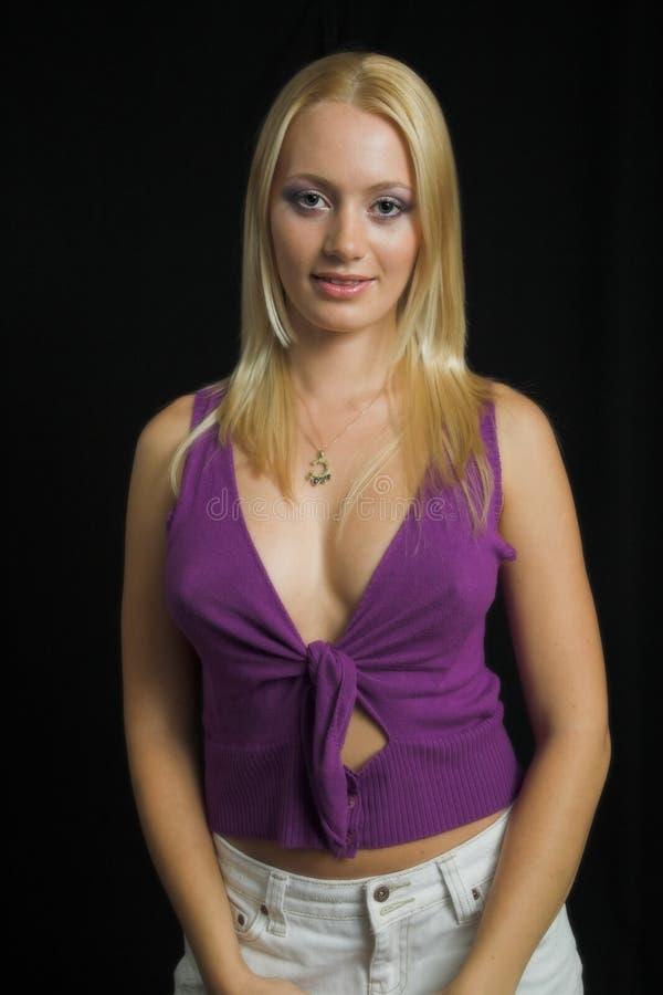 Download Blond Modell För Attraktiv Bakgrundsblack Arkivfoto - Bild av violett, lyckligt: 997928