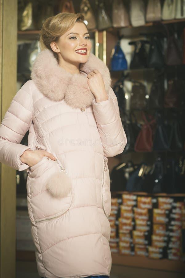 Blond modell f?r mode i vinterlag royaltyfri foto