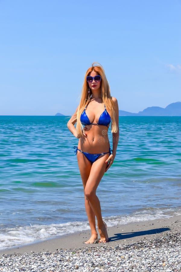 Blond modell i bikini arkivbilder