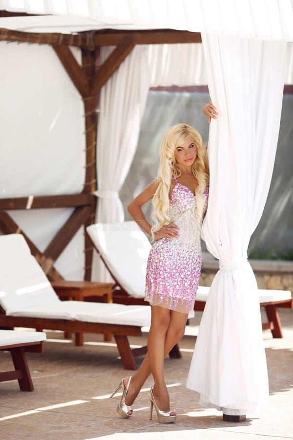 Blond modellkvinna för härligt mode med långt krabbt hår i luxu arkivbild