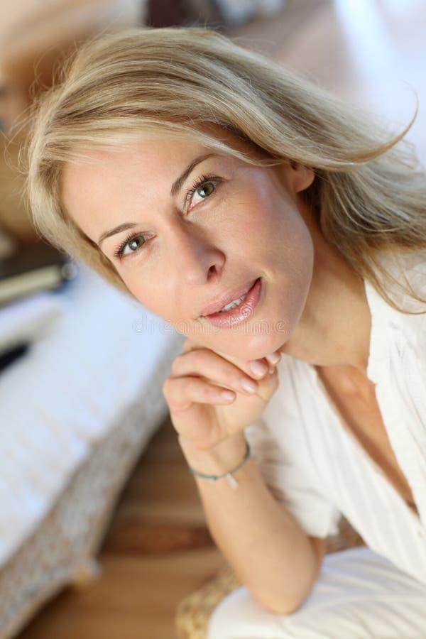 Blond mogen kvinna hemma royaltyfria foton