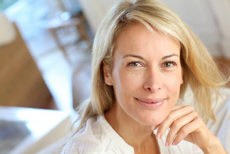 Blond mogen kvinna hemma fotografering för bildbyråer