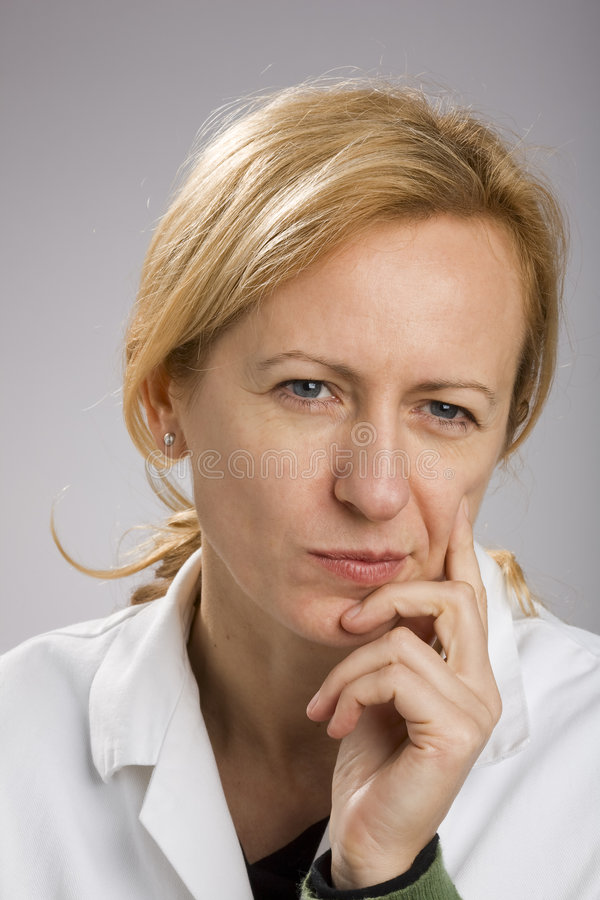 blond mogen tänkande kvinna arkivfoto