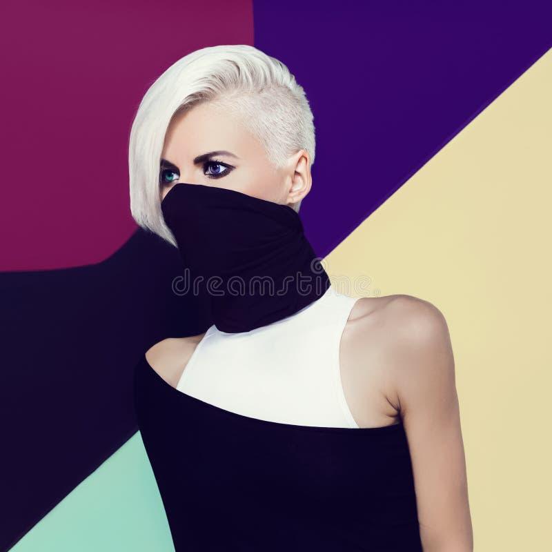 Blond ninjadamstil royaltyfri bild
