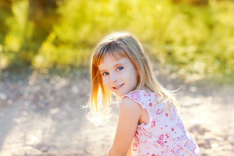 Blond openlucht de aard hapy portret van het jong geitjemeisje stock fotografie
