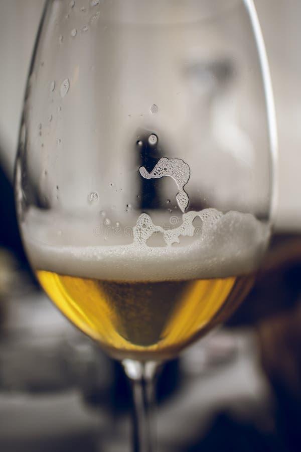 Blond piwo pił na wineglass zamkniętym w górę spokojnego obraz stock